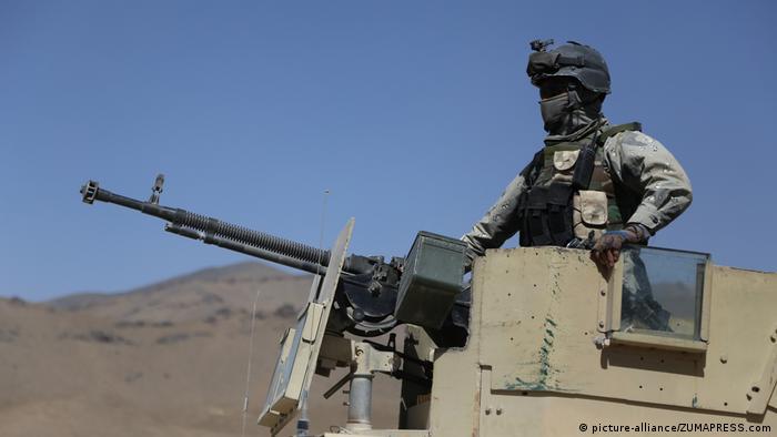 Soldado mascarado em veículo blindado
