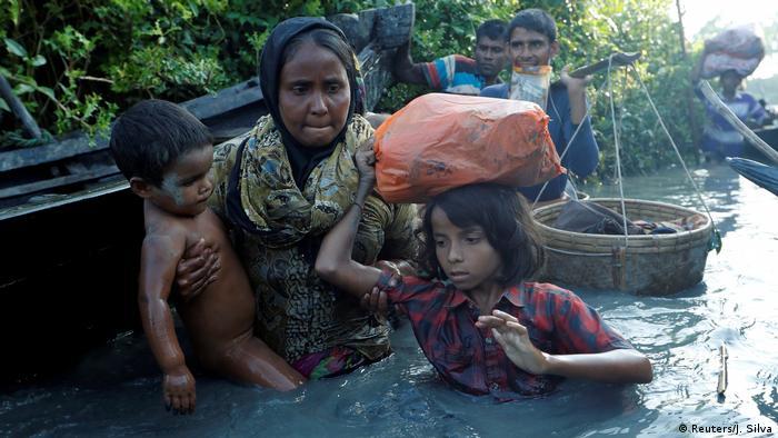 Сім'я рохінджа тікає з М'янми до Бангладеш