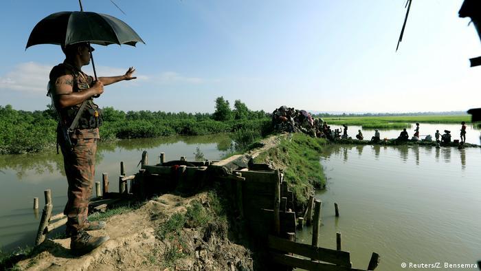 Бангладеш, біженці рохінджа перетинають річку