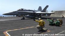 US Kampfjet F/A-18C Hornet fliegt einen Angriff