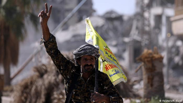 Боец Сил демократической Сирии после освобождения Ракки