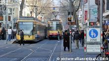 Straßenbahnen fahren am Donnerstag (01.03.2012) durch die Fußgängerzone in der Karlsruher Innenstadt. Foto: Uli Deck dpa | Verwendung weltweit