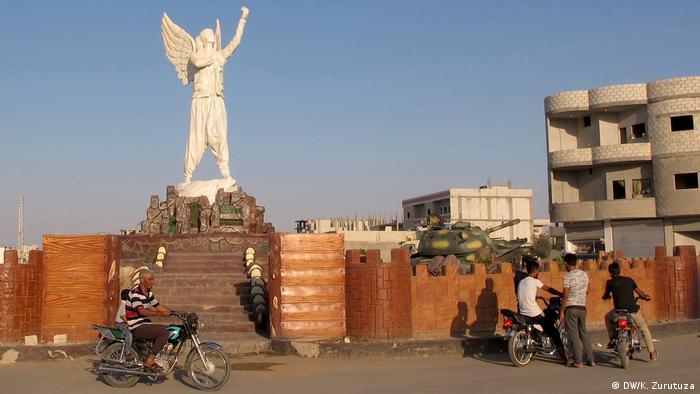 Syrien Bilder aus Kobane | Motorradfahrer, Statue (DW/K. Zurutuza)