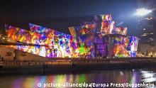 HANDOUT -Farbenprächtig erstrahlt das Guggenheim-Museum in Bilbao (Spanien, undatierte Aufnahme). 20 Minuten dauert die 3D-Lichtschau, mit der das Guggenheim-Museum in Bilbao den Höhepunkt seines 20-jährigen Bestehens begeht. Die Bilder spielen auf die Werke der Sammlung des Museums an, das am 19. Oktober 1997 eröffnet wurde. (zu dpa «20 Jahre Guggenheim-Museum Bilbao: So feiert sich Erfolg» vom 12.10.2017) ACHTUNG: Nur zur redaktionellen Verwendung im Zusammenhang mit der aktuellen Berichterstattung und nur bei Nennung: Foto: Guggenheim/Europa Press/dpa +++(c) dpa - Bildfunk+++ |