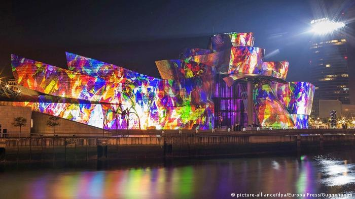 A light show projected on the building of the Guggenheim Museum in Bilbao (picture-alliance/dpa/Europa Press/Guggenheim)