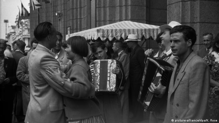 Москвичи танцуют на улицах во время фестиваля молодежи в 1957 году