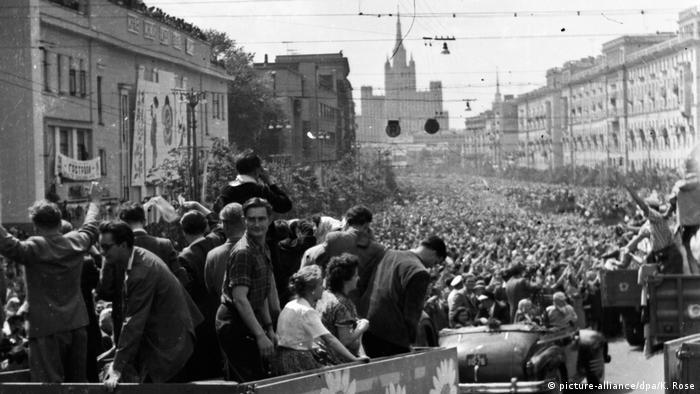 Толпы москвичей встречают участников фестиваля молодежи в 1957 году
