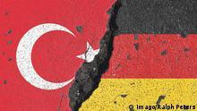 Symbolbild deutsch-türkisches Verhältnis: Flagge n Deutschland s und Türkei s mit tiefem Spalt *** Symbol image German Turkish Relationship Flag n Germany S and Turkey S with deep Gap