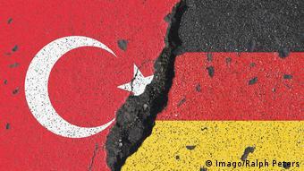 Флаги Турции и России на растресковшейся стене