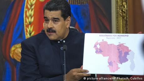 Maduro shows a map of municipal elections
