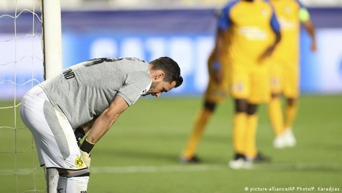 Dortmund goalkeeper Roman Buerki reacts after APOEL scored during the Champions League Group H soccer match between APOEL Nicosia and Borussia Dortmund at GSP stadium, in Nicosia, Cyprus, 17.10.2017. (picture-alliance/AP Photo/P. Karadjias)