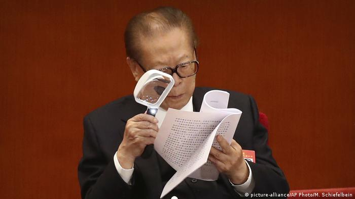 China Peking Kommunistischer Parteitag ehemaliger Präsident Jiang Zemin (picture-alliance/AP Photo/M. Schiefelbein)