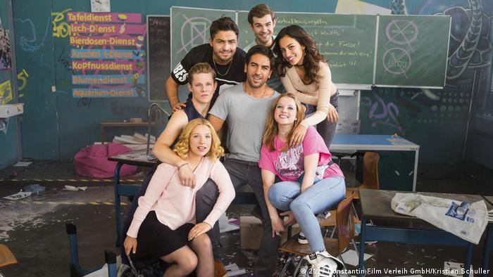 Filmszene: Die Freunde und ihr Lehrer im Klassenraum - Fack Ju Göhte 3 (2017 Constantin Film Verleih GmbH/Kristian Schuller)