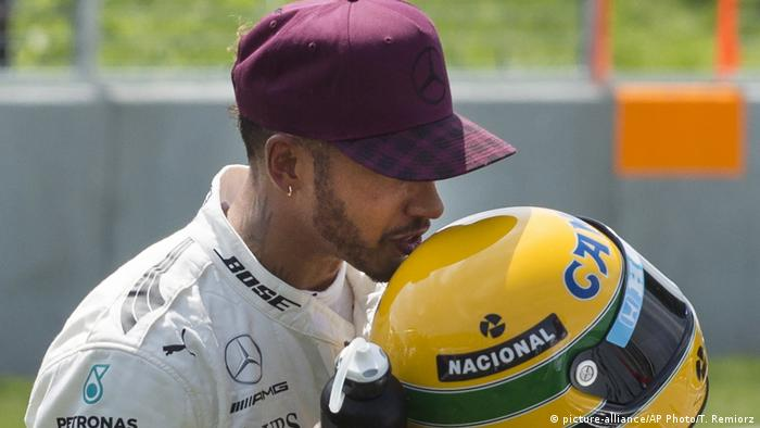 Lewis Hamilton Formel 1 Pilot küsst Ayrton Senna Helm (picture-alliance/AP Photo/T. Remiorz)