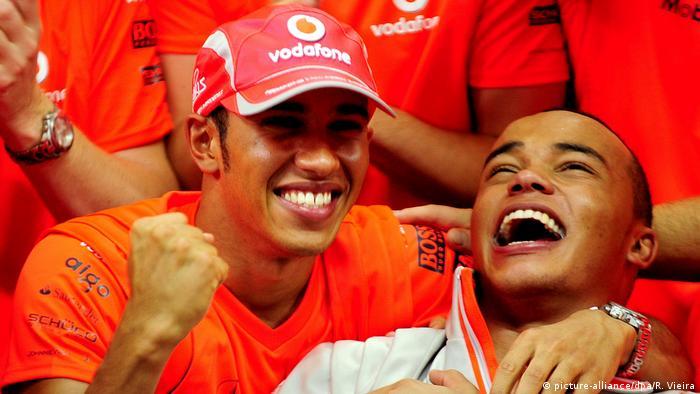 Lewis Hamilton Formel 1 Pilot mit Burder Nick (picture-alliance/dpa/R. Vieira)