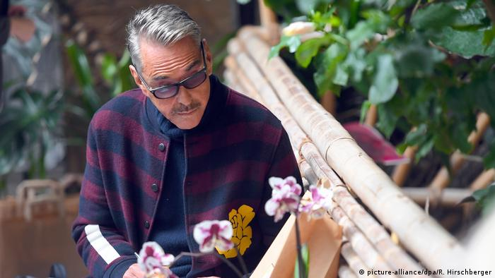 Modedesigner Wolfgang Joop im Orchideenhaus in Potsdam (picture-alliance/dpa/R. Hirschberger)