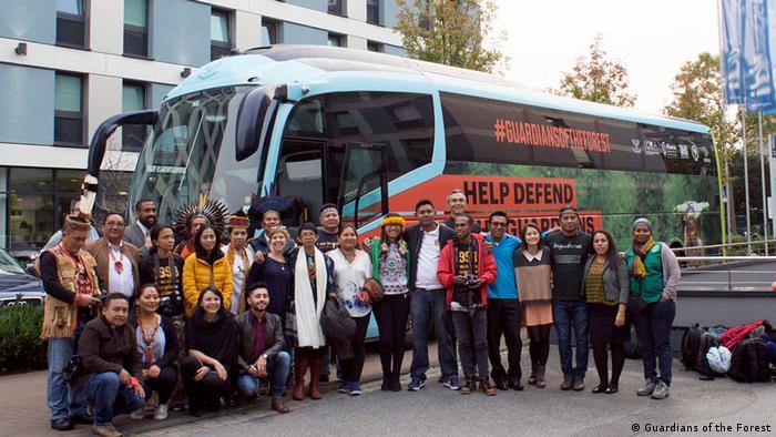 Indigene mit dem Bus der Kampagne Guardians of the Forest