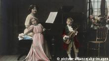 Frauenleben um 1910- Mutter m. 2 Kindern beim Musizieren
