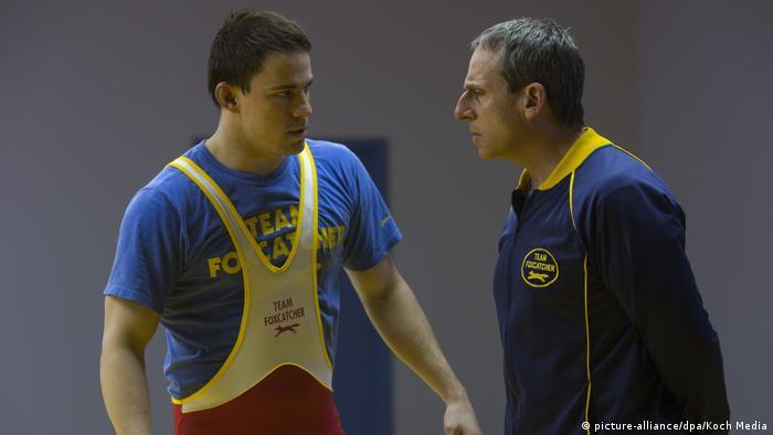 In einer Szene des Films Foxcatcher spricht ein Ringer mit seinem Trainer.