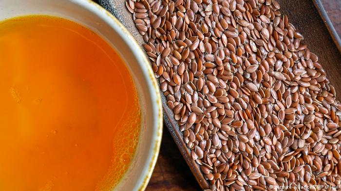 linseed oil and flaxseeds (picture-alliance/ZB/P. Pleul)