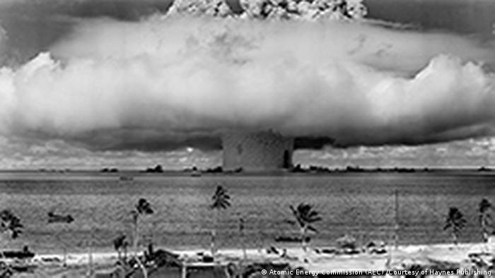 Atombombentest im Bikini-Atoll (Atomic Energy Commission (AEC) /Courtesy of Haynes Publishing)