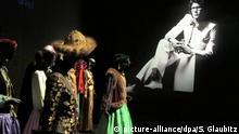 Haute-Couture-Kreationen des französischen Modeschöpfers sind am 17.10.2017 im Yves-Saint-Laurent-Museum in Marrakesch, Marokko, in der Dauerausstellung zu sehen. Nach rund vierjähriger Bauzeit hat in Marrakesch das Yves-Saint-Laurent-Museum offiziell seine Türen geöffnet. (zu dpa Yves-Saint-Laurent-Museum in Marrakesch eröffnet am 19.10.2017) Foto: Sabine Glaubitz/dpa   Verwendung weltweit