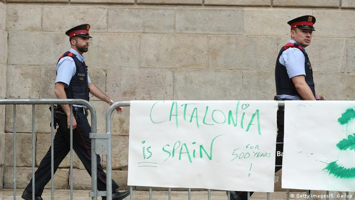 Spanien Barcelona Polzisten hinter Spruchband
