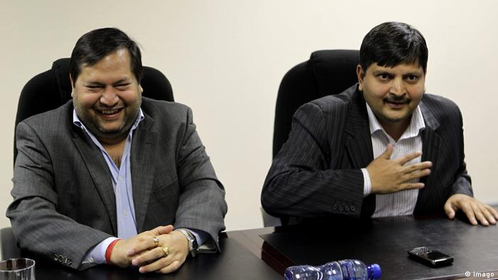 Ajay und Atul Gupta seated side by side and looking amused (Imago)