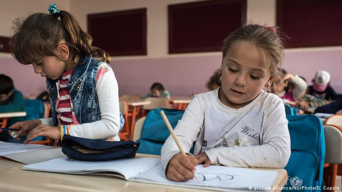 Syrian refugees in a classroom at a refugee camp (picture alliance/NurPhoto/D. Cupolo)