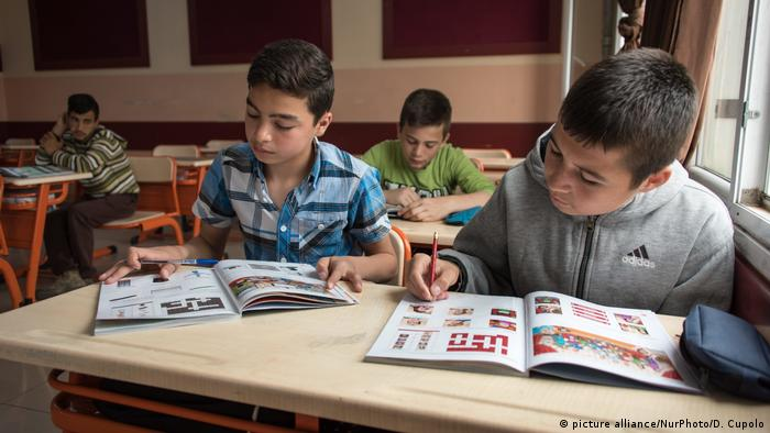 Syrian children in a classroom at a refugee camp (picture alliance/NurPhoto/D. Cupolo)