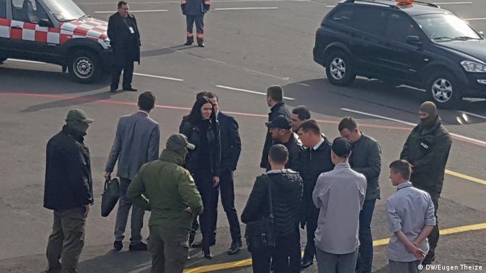 Борислав Розенблат (у центрі в чорній бейсболці) після зняття з літака в аеропорту Жуляни