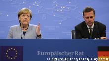 Die Kanzlerin bei ihrer nächtlichen Pressekonferenz mit ihrem Sprecher Steffen Seibert
