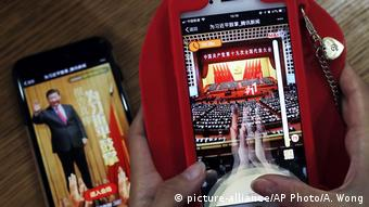 China Parteikongress Smartphone Spiel (picture-alliance/AP Photo/A. Wong)