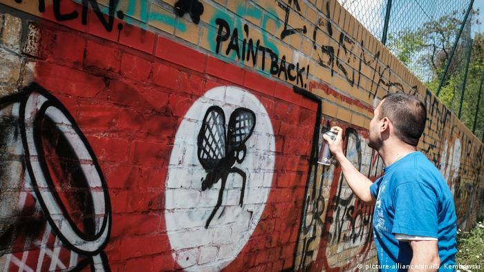 Berliner Sprayer übermalen Nazi-Symbole Paint Back Künstler (picture-alliance/dpa/S. Kembowski)