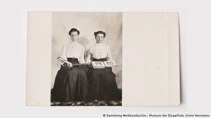 Picture of two women holding photo albums (Sammlung Werkbundarchiv – Museum der Dinge/Foto: Armin Herrmann)