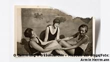 Family photo of relaxed swimmers at Berlin's Museum of Things (Sammlung Werkbundarchiv – Museum der Dinge/Foto: Armin Herrmann)