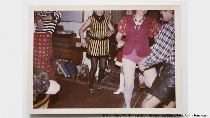 Photo of headless dancers at a house party (Sammlung Werkbundarchiv – Museum der Dinge/Foto: Armin Herrmann)