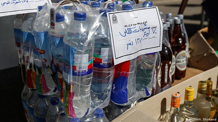 Iranska policija je zaplijenila alkohol zapakiran u boce od vode