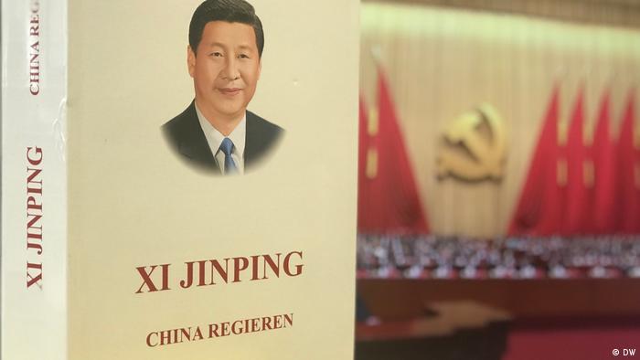"""Buch """"China regieren"""" von Chinas Staatspräsident Xi Jinping (DW)"""