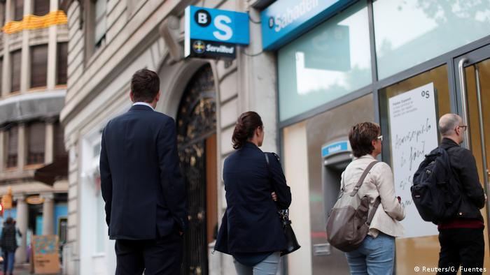 Red ljudi pred bankomatom