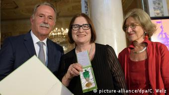 Irina Sherbakova received a Goethe Medal in 2017 (picture-alliance/dpa/C. Welz)