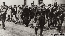 Soldaten der deutschen Wehrmacht mit zivilen Geiseln in Kragujevac, 21.10.1941; die Geiseln wurden später erschossen
