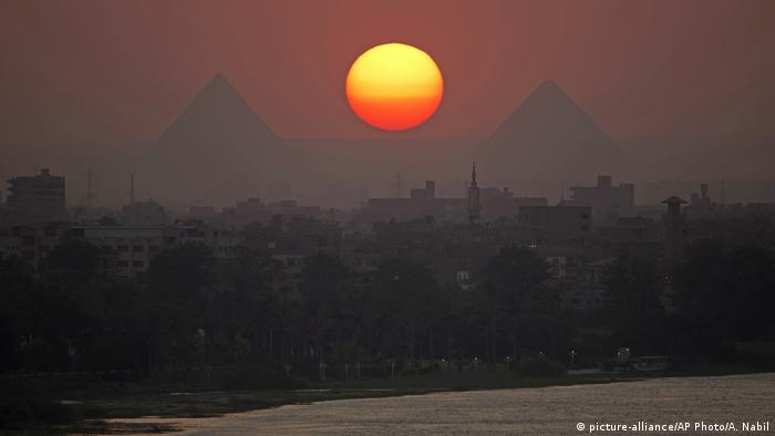 Sunset over the pyramids and the River Nile (picture-alliance/AP Photo/A. Nabil)