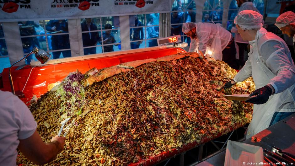 Record for biggest kebab in the world set in Berlin | News | DW | 20.10.2017