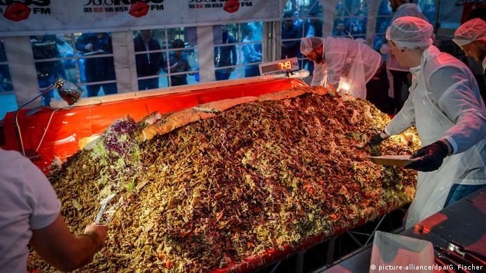 A massive döner with 423 kilograms of mat (picture-alliance/dpa/G. Fischer)
