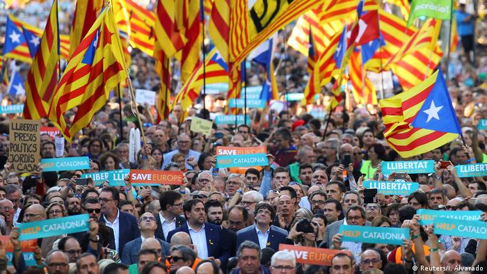 Cataluña: multitud sale a las calles de Barcelona tras anuncio de Rajoy