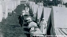 Spanische Grippe, USA / Foto 1918 Medizin / Pandemie. - Spanische Grippe 1918-1920 (Weltweite Influenza-Pandemie mit mindestens 25 Millionen Todesopfern): Notlazarett in Zelten auf einer Gruenflaeche in Brookline, Massachusetts, USA. - Foto, Oktober 1918. E: Spanish Flu, USA / Photo / 1918 Medicine / Pandemic. - Spanish flu 1918-1920 (worldwide influenza pandemic causing at least 25 million deaths): field hospital with tents on a lawn in Brookline, Massachusetts, USA. - Photo, October 1918.