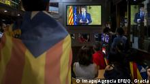 21.10.2017 A group of citizens watch the institutional declaration of Catalan President Carles Puigdemont on TV after the central Government announced it will propose the aplication of the Article 155 of the Constitution to the Higher Chamber of the Spanish Parliament, in Barcelona, Catalonia, Spain, 21 October 2017. Protest against Article 155 of the Constitution !ACHTUNG: NUR REDAKTIONELLE NUTZUNG! PUBLICATIONxINxGERxSUIxAUTxONLY Copyright: xQuiquexGarciax CAT008 20171021-636442216042519111