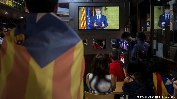 Жители Каталонии смотрят телеобращение Пучдемона