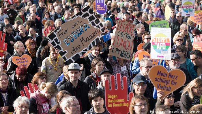 Deutschland Demonstration gegen Einzug der AfD in den Bundestag (picture-alliance /dpa/J. Carstensen)